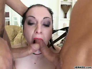 Renee pornero takes 2 hardt sportsidioter på henne munn ved den samme tid
