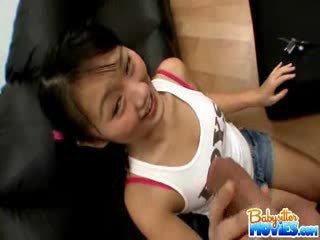 En chaleur minuscule babysitter evelyn shows de son cul et fingers profond