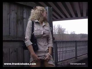 Poredno blondinke bejba has a real fetiš za lulanje v javno