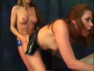 Alexandra zīds un viņai karstās pakaļa draugs nobaudi a bits no strap par dzimumloceklis darbība