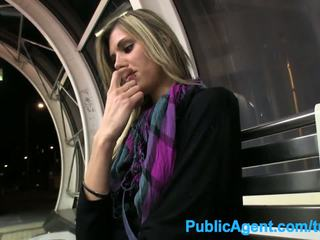 Publicagent ร้อน สูง ผู้หญิงสวย spreads เธอ ขา สำหรับ เงินสด ใน สาธารณะ