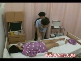 Perawat digawe nggo tangan in front of bojo 01