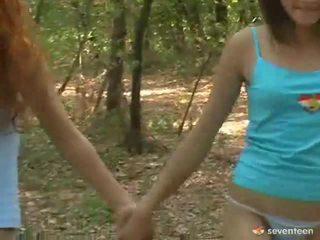 Homosexuální ženy teens uvnitř the lesní