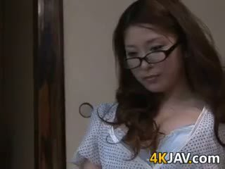 Gros seins japonais ménagère