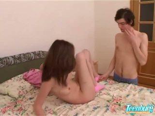 Κορίτσι gets πατήσαμε σε ένα μακρύς φούστα επί σπέρμα