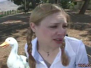 Two sừng schoolgirls finger mỗi khác trong các xe buýt