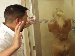 Bjonde i mirë vogëlushe charlee chase loves qirje brenda bathrooms