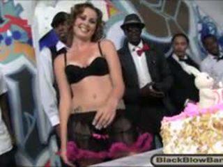 Karstās skaistule mae meyers got milzīgs dāvanas par viņai 20th birthday