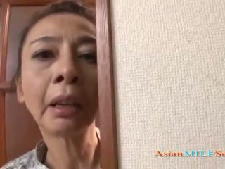 Pieauguša aziāti sieviete uz a stringi sucks a loceklis