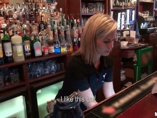 Kurš gribēja līdz jāšanās a barmaid?