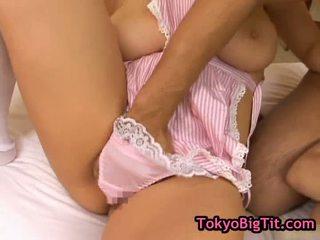 Krūtinga japoniškas kūdikiai į karštas threesom