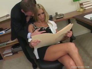 Xxx bij werk: goed stacked blondine slet gets geneukt in de kantoor