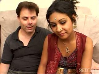 Sjenert litt indisk jente knullet vel