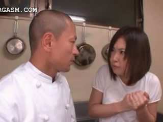 Asiatisk servitrise gets pupper grabbed av henne sjef ved arbeid