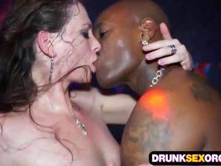 Slutty euro filles baise en la club