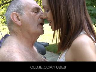 Muda penis di belahan dada gadis rides benar-benar tua orang