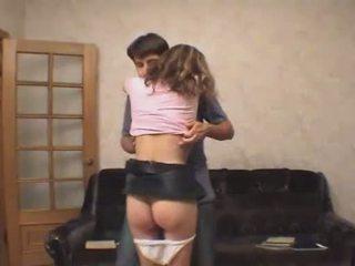 Guy dezbracare draguta teenie în față de the camera