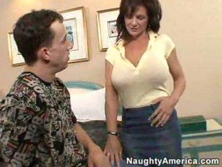 Deauxma gets henne rumpe knullet av en unge hingst