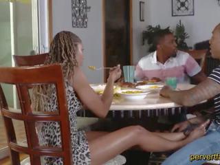 Pervertfamily- terangsang mama dan putri cheat di mereka partners