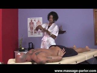 Groot tieten ebony masseuse gives super heet afrukken
