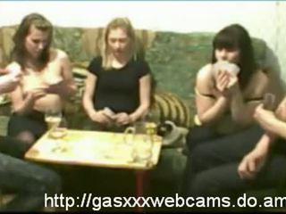 Meitenes flashing krūtis pie noģērbšana pokers