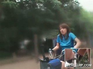 Aziýaly ýaşlar sweeties sürmek bikes with dildos in their cunts