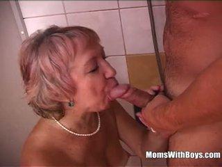 Sexy grootmoeder douche having plezier met jong lul