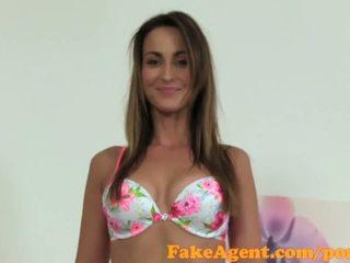Fakeagent slaidas modele fucks par darbs uz kastings intervija - porno video 771