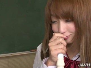 Japansk skolejente sette en flute opp til henne kuse