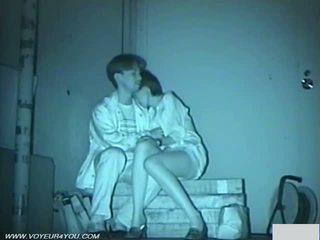 Pasangan hubungan intim di gelap jalan park