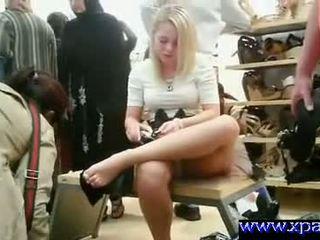 Flashing haar poesje in publiek shoe winkel