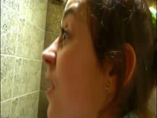 Urineren op disco toilet voor camera