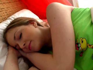 Sleepy blondin fågelunge masturbates i den sovrum