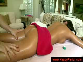 Brünette gets sie titten massaged
