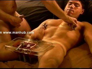 Siksaan alat kelamin pria ball squeezing di jelas plexiglass vise.