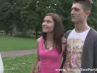 Ung kön parties: swinger tonåren having en hem knull parten