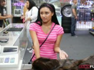 Gagica posed gol pe camera în the camera din spate de o pawnshop