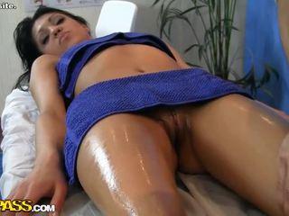Sledovať príťažlivé dievča erotický masáž scéna