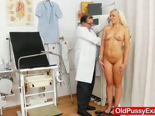 Roken sensuous blondine nymph comes naar haar gynecologist.