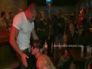 Sports chap geneukt in extreem ruw seks door bende dat treats hem zoals seks villein