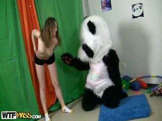 Sporty seksuālā pusaudze fucks involving smieklīgas panda