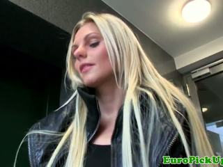 Sensuous blondine europees gals bj voor sommige cash