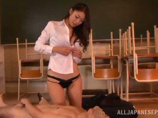 Reiko kobayaka 차종 아웃 nearby 그녀의 사람 과 licks 그의 meat 스틱