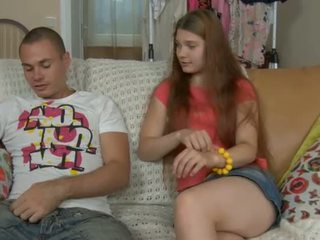 Thiếu niên vật hút challenges một con gà trống