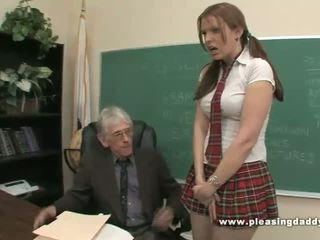 Študent fucks nemravné starý učiteľka na prejsť trieda