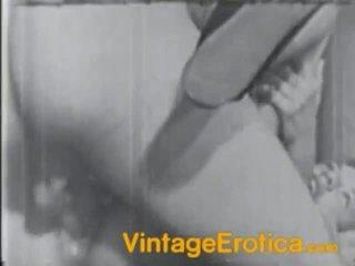 Mörk och vit film av den hårig female körd