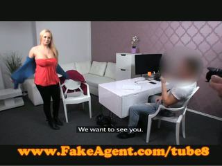 Fakeagent uly emjekli blondinka gets sprayed with spunk in kino düşmek