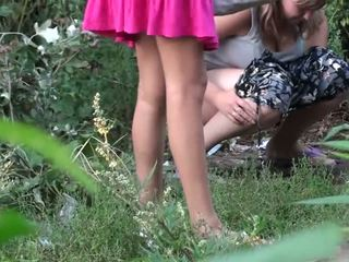 Meitenes nokļūt noķerti čurajošas