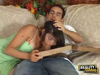 Dzimumloceklis izsalcis adrianna faust feeds viņai mute ar a juice grūti meatpole