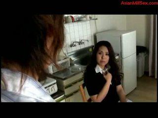 Inang kaakit-akit fingered by bata guy sa ang kusina